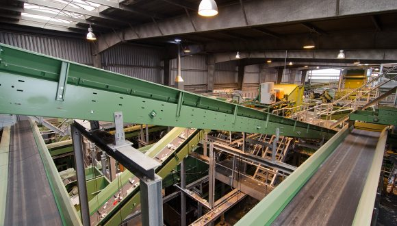 conveyor for plastic recycling installation