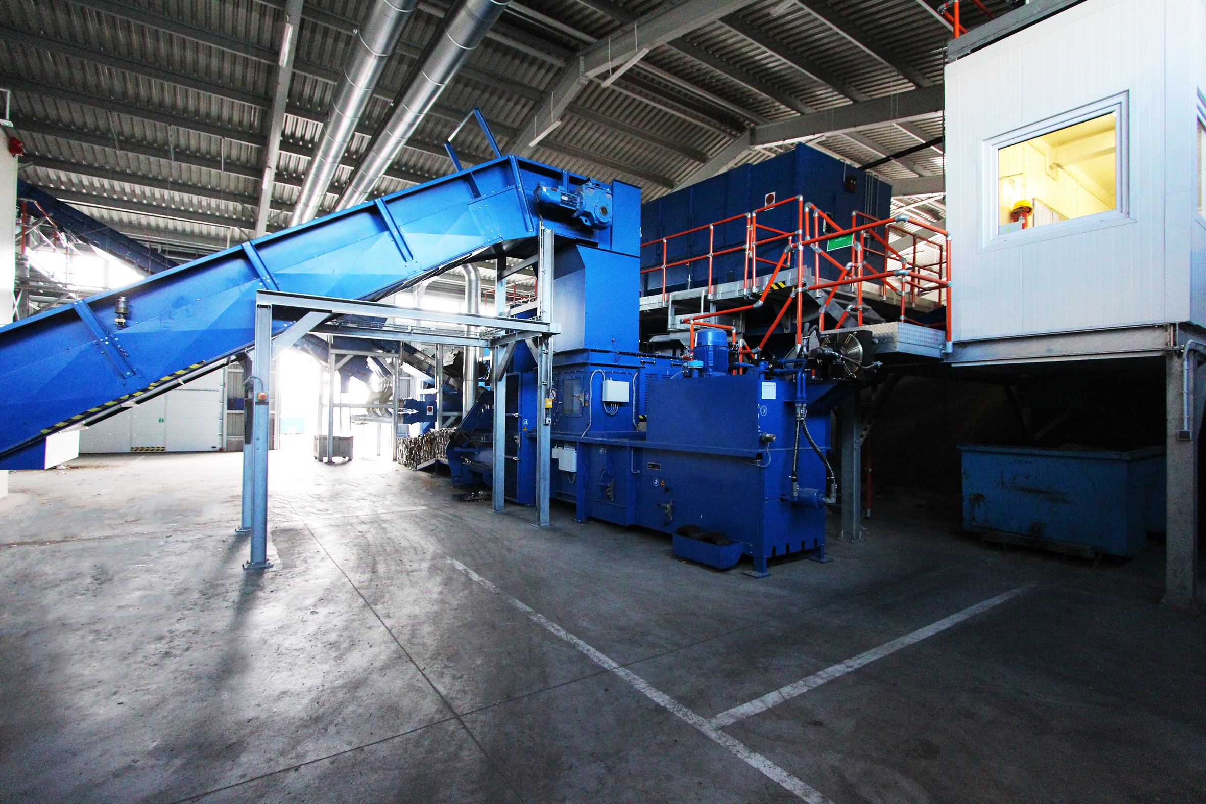 Sorting line for solid waste chain conveyor